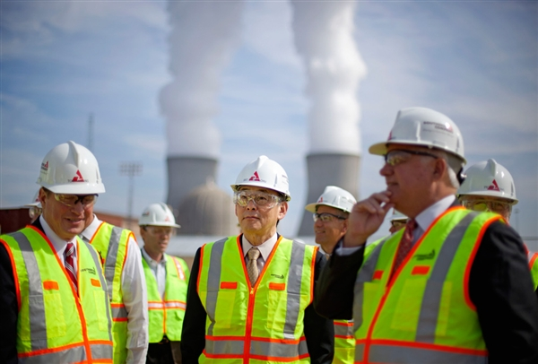 Southern Company CEO Thomas Fanning (left) selling former DOE Secretary Chu on the wonders of Vogtle, 2012.